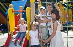 Familie en drie kinderen in park. Stock Afbeelding