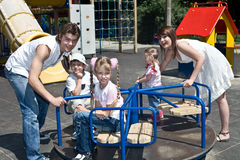 Familie en drie kinderen in park. Royalty-vrije Stock Fotografie
