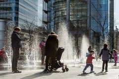 Familie en fontein Royalty-vrije Stock Foto