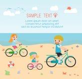 Familie en jonge geitjes die fietsen berijden op strand Vector Illustratie