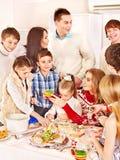 Familie en kinderen die deeg in de keuken rollen. royalty-vrije stock foto