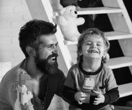 Familie en kinderjarenconcept Vader en zoon met gelukkige gezichten Royalty-vrije Stock Afbeelding