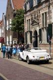 Familie en vrienden die op de bruid en de bruidegom wachten Stock Foto's