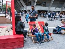Familie entspannt sich außerhalb Southbank-Nationaltheaters, London Lizenzfreie Stockfotos
