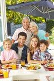 Familie eten gezond met salade Stock Afbeelding