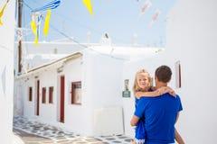 Familie in Europa Glücklicher Vater und kleines entzückendes Mädchen in Mykonos während des Sommergriechen machen Urlaub lizenzfreies stockfoto