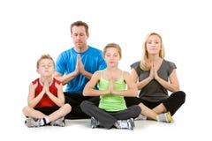 Familie: Familie, die zusammen meditiert Stockfotos
