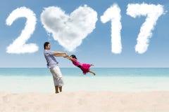 Familie feiern neues Jahr 2017 am Strand Stockfoto