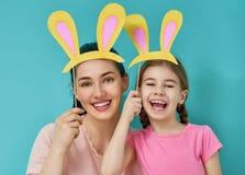 Familie feiern Ostern lizenzfreie stockfotografie