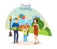 Familie feiert Geburtstag, gegen Hintergrund der Stadtlandschaft und -parks Stockfotografie