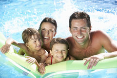 Familie am Feiertag im Swimmingpool Lizenzfreies Stockbild