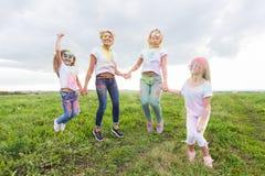 Familie, Festival von holi und Feiertagskonzept - Portr?t von den M?ttern und von T?chtern bedeckt in der Farbe lizenzfreies stockfoto