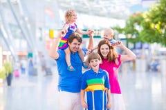 Familie am Flughafen Stockfotografie