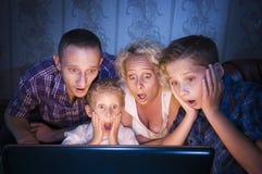 Familie furchtsam für Fernsehen Stockfotos