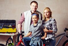 Familie in garage Stock Afbeelding