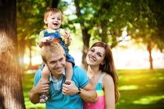Familie gehen in den grünen Sommerpark Lizenzfreies Stockfoto