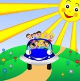 Familie gehen durch Rest im blauen Auto stock abbildung