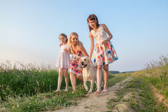 Familie gehender whith Hund Stockfoto