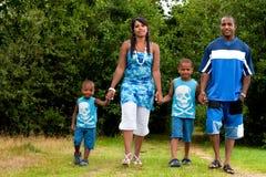 Familie geht in Natur Lizenzfreies Stockbild