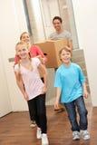 Familie gelukkig bij het bewegen van dag Stock Afbeeldingen