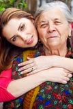 Familie - gelukkige jonge vrouw en grootmoeder stock afbeeldingen
