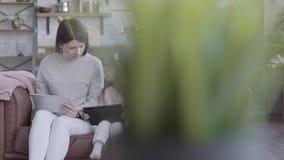 Familie, generatie en mensenconcept - gelukkige moeder, dochter en grootmoeder die thuis, in bank met tabletten zitten en stock videobeelden