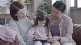 Familie, generatie en mensenconcept - gelukkige moeder, dochter en grootmoeder thuis stock footage
