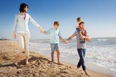 Familie genoss, auf den Strand in dem Meer zu gehen Lizenzfreie Stockbilder