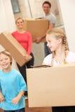 Familie glücklich an beweglichem Tag Lizenzfreie Stockfotos