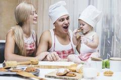 Familie, glückliche Tochter mit Vati und Mutter im Hauptküchenlachen Lizenzfreies Stockbild