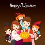 Familie glückliches Halloween zusammen Lizenzfreie Stockfotos