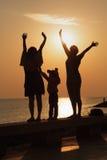 Familie grüßt die Dämmerung lizenzfreies stockbild
