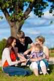 Familie - Großmutter, Mutter, Vater und Kinder Lizenzfreie Stockfotografie
