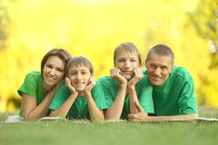 Familie in groen Jersey Stock Foto's