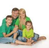 Familie in groene kleren Royalty-vrije Stock Afbeeldingen