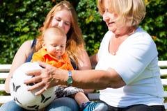 Familie - Großmutter, Mutter und Kind im Garten Lizenzfreies Stockfoto