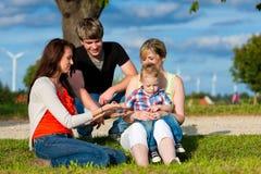 Familie - Grootmoeder, moeder, vader en kinderen Royalty-vrije Stock Afbeelding