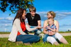 Familie - Grootmoeder, moeder, vader en kinderen Stock Afbeeldingen