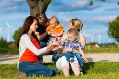 Familie - Grootmoeder, moeder, vader en kinderen Stock Afbeelding