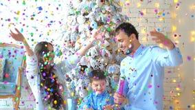 Familie haben Konfettis auf Weihnachtshintergrund gestartet stock video footage