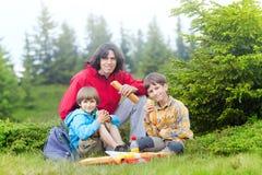 Familie haben pic-NIC im Wald stockbilder
