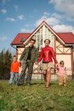 Familie am Haus lizenzfreie stockfotografie