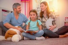 Familie heloing dochter voor scool stock fotografie