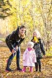 Familie in herfstaard Stock Afbeelding