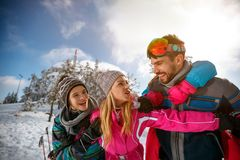 Familie het besteden tijd samen en het genieten van in de wintervakanties Stock Foto's
