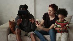 Familie het besteden tijd tussen verschillende rassen samen thuis stock videobeelden
