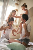 Familie het besteden vrije tijd thuis Royalty-vrije Stock Foto's