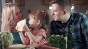 Familie het bijten proevende kaas en het glimlachen bij camera stock footage