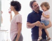 Familie het Borstelen Tanden in Badkamersspiegel Royalty-vrije Stock Afbeeldingen