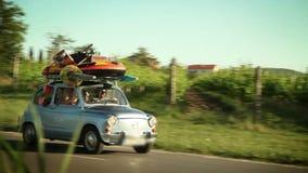 Familie het drijven in een kleine auto naar de zomervakantie op strand stock videobeelden